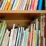 絵本や母乳・育児本などの書棚